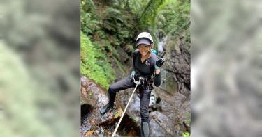 挑戰13樓瀑布 李詠嫻滑降遭溪水灌喉
