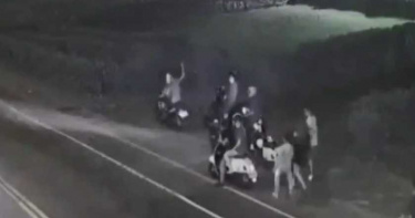 為搶14歲少女持刀惡鬥 21歲男子背部遭砍2刀血流滿地