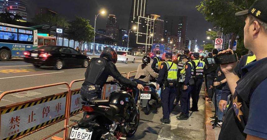 「待轉大富翁」抗議政策害塞爆 北市300警力進駐開單騎單車路過也挨罰