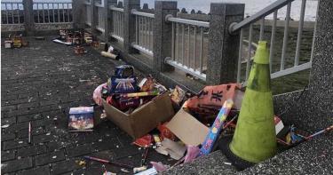 公德心在哪?外木山海景配煙火盒垃圾 遊客直呼:感覺有夠差的