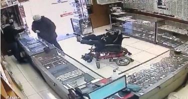 癱瘓聾啞男坐輪椅「用腳夾槍」搶銀樓 老闆傻眼:以為他開玩笑