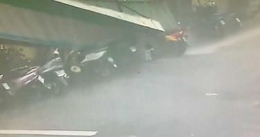 外圍環流威力大!內湖便利商店招牌落砸落 10輛機車慘遭壓扁