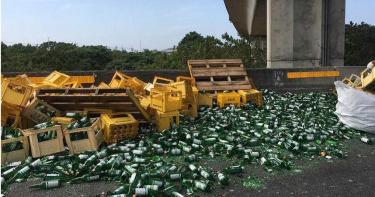 大貨車過彎下起玻璃暴雨 600箱啤酒從10樓高砸落到國道上