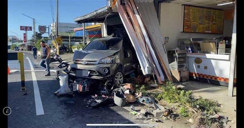 台東知本小客車撞民宅 2人受傷幸無礙