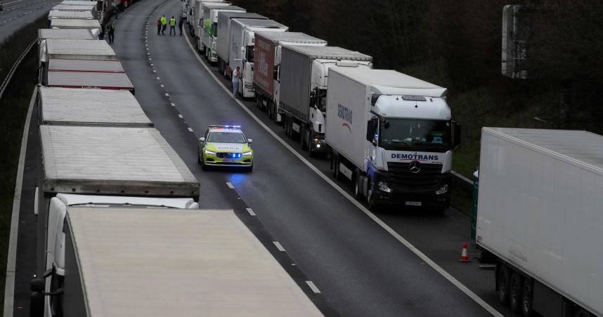 馬克宏確診還被嗆!法國封鎖20%往英國跨境運輸 6千運將滯留貨車組成長長車龍