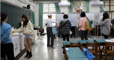 嫩妹「強押」男友到台南深綠投票所 截止前一秒投下選票