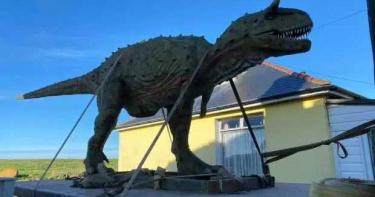 「侏羅紀世界」在我家?老爸網購恐龍模型當禮物 見「實品」自己嚇歪