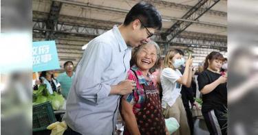 回謝她2018的關心 陳其邁擁抱聽語障礙阿嬤