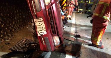 開車載女友逛觀音山 自撞山壁釀1死1重傷