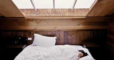睡覺冷氣開「舒眠26度」卻被熱醒 專家揭關鍵原因
