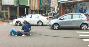 駕駛分心看陳情抗議 撞飛人行道上警員