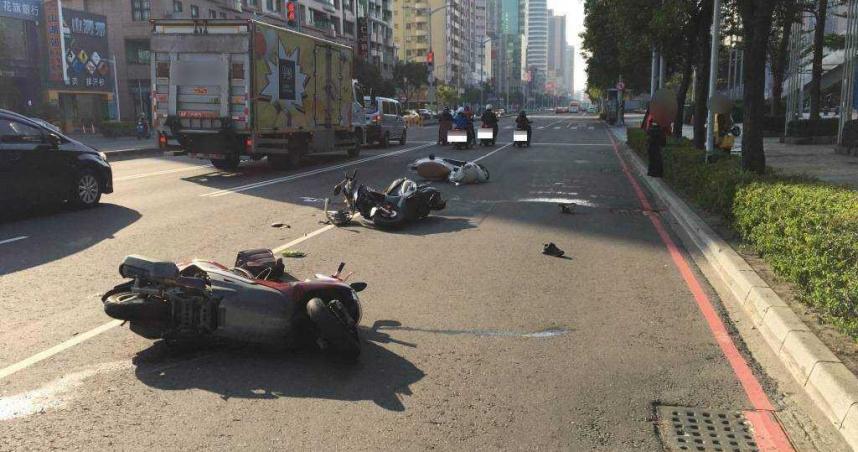 手機從機車支架掉落 騎士想撿卻遭後車追撞亡