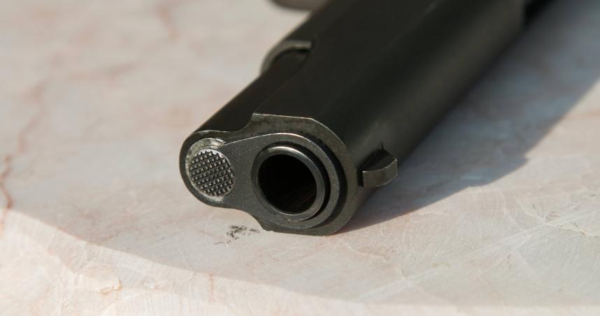 地鐵站內隨地小便...他「誤觸口袋真槍」射中腿 乘客全嚇壞