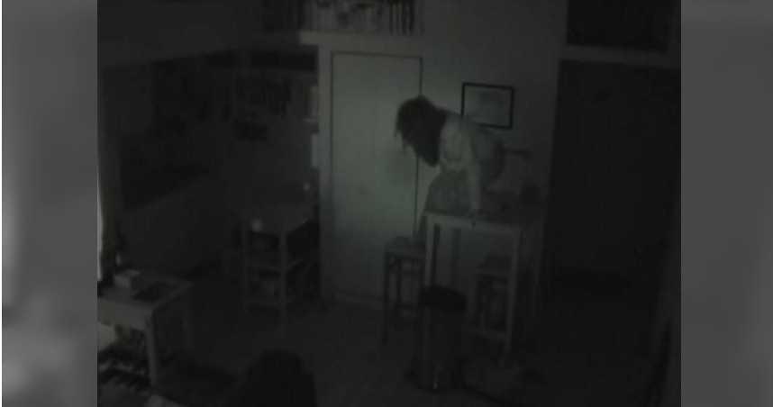 家中食物莫名消失 男裝監視器…驚見長髮女深夜「爬出櫥櫃覓食」