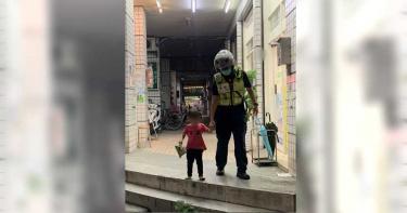 3歲童獨自到超商購物迷途 樹林暖男警熱心助返家