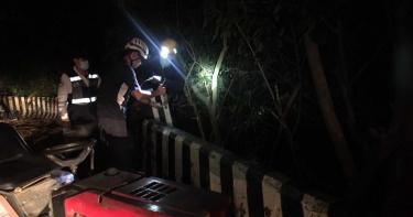 農作車撞山壁找不到駕駛 3米深邊坡傳來呼救聲