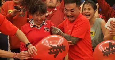 狂壓老婆頭撞氣球!刺青冠軍猙獰表情成梗圖 胡瓜笑瘋:積怨已久