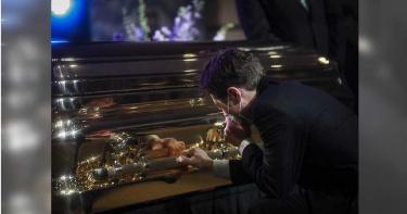 佛洛伊德追悼會默哀8分46秒 明市長現身下跪扶棺痛哭