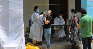 印度21省政府「拒列記者為第一線工作者」!已逾300名染疫身亡
