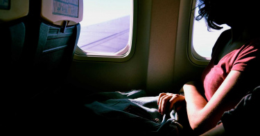 飛機鄰座乘客太漂亮 男子撕破正妹內褲意圖性侵