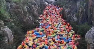 泛舟變碰碰船!河道擠滿「上百艘充氣船」…陸客驚人報復性出遊