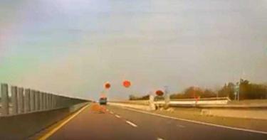台61線貨車載「喜宴大圓桌」如射飛盤10連發 驚悚畫面網傻眼:跑跑卡丁車?
