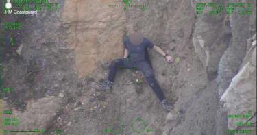 遭轟「白癡」!男子徒手攀岩卡在高空動彈不得 最後呼叫直升機救援