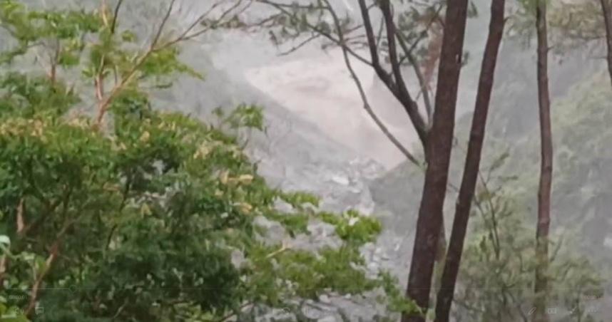 大量土石衝落!高雄明霸克露橋「才搶通19天」又遭沖毀