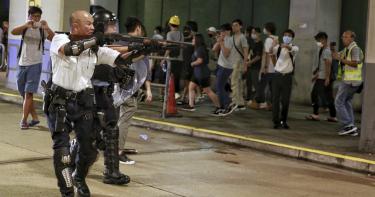警持長槍瞄準反送中示威者 解放軍集結香港邊境