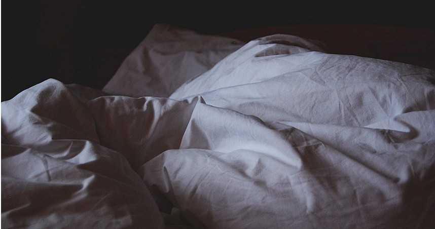警破門狂飄惡臭!衣服一掀驚見女腐屍 4子女「伴屍住2年」:媽媽在睡覺