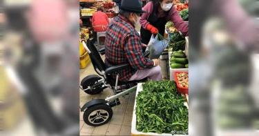 「最靈活胖子」坐輪椅戴口罩 洪金寶包緊緊上街買菜照網瘋傳