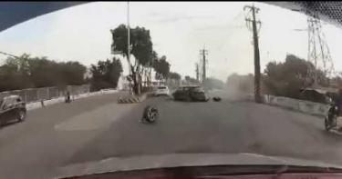 高雄2車競速失控撞路口輪胎飛落 網友狠酸「很棒的聖誕禮物」