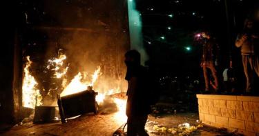 抗議警察殺人衝突升級!警局遭縱火 川普震怒:「開槍制止」