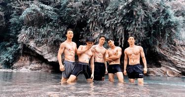 張洛偍合體「飛魚隊」回母校 拉涂善存玩水濕身秀肌肉