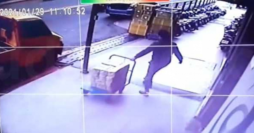 惡鄰偷3000本書當廢紙變賣 躲管理室打手槍被活逮