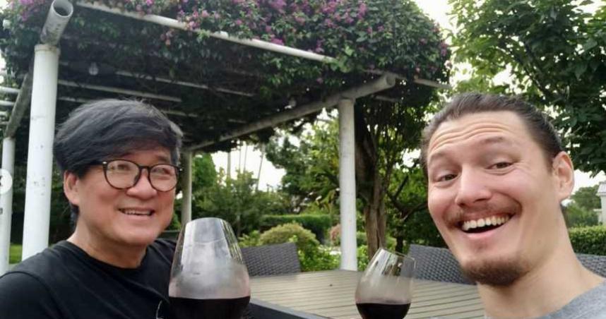60歲周華健父子同框!31歲帥兒生日簡單過 網嘆:是兄弟倆