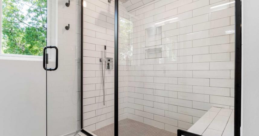 正妹裝修浴室…隔天收鄰居紙條「加裝百葉窗」 她崩潰:洗澡被看光