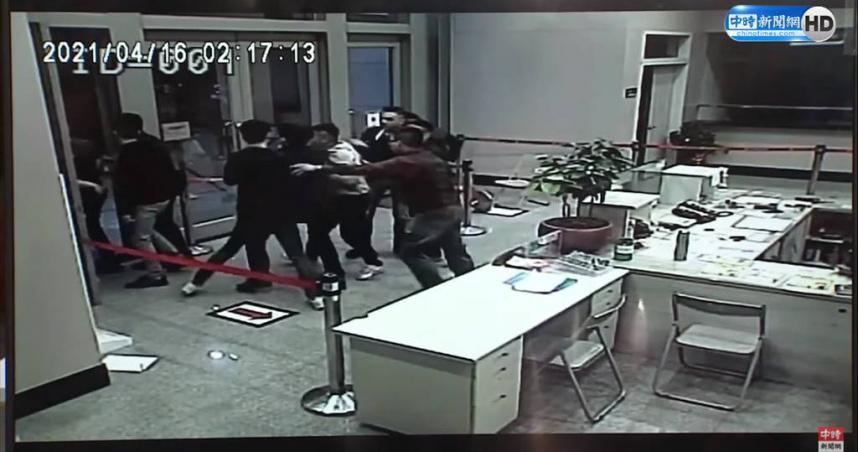 黑衣人大鬧松山警分局中崙所 法院調解賠償8千元加1台螢幕