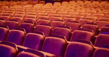 情侶坐前排「交疊糾纏」!電影院紅外線監視影片曝光 7.3萬人按讚