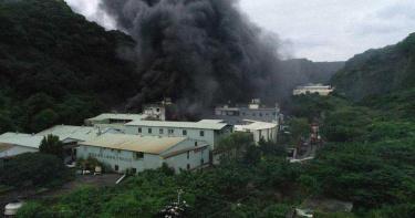 龜山塑膠工廠大火冒刺鼻黑煙 警消搶救幸無人傷亡