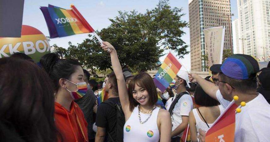 現身同志大遊行!陳芳語用「胸前兩點貼彩虹」力挺 現場全嗨翻