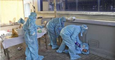印度成新冠煉獄!救護車塞22屍 兒子女婿「三貼」載亡母送火葬場