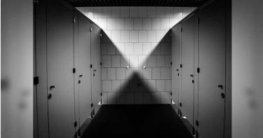 電視台女廁詭異腳步聲! 低頭驚見「黑色鞋尖對著門」嚇瘋