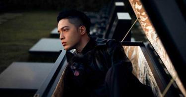 J.Sheon翻玩爆紅迷因哏 躺棺吸靈氣盼奪金曲歌王「擺脫板凳男」
