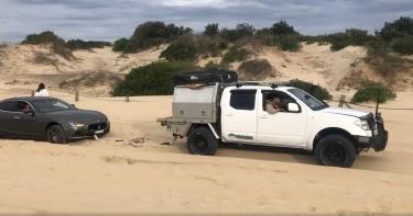 豬隊友助攻!500萬瑪莎拉蒂困沙灘…「拉一下」保險桿慘噴飛