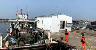 高雄拖網漁船捕到沉甸甸巨物 拉起魚網船員全嚇傻