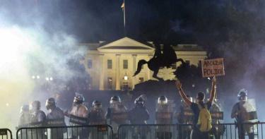 佛洛伊德之死/川普警告示威者:敢越過就放狗咬人! 記者直擊白宮圍欄變更多