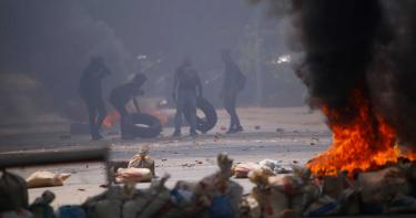 抗議男子困輪胎堆活活燒死 男童女孩淪槍下亡魂! 佳麗舞台泣訴「救救緬甸」