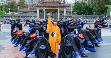 鼓鼓化身黃袍道士 領20殭屍出沒台北街頭