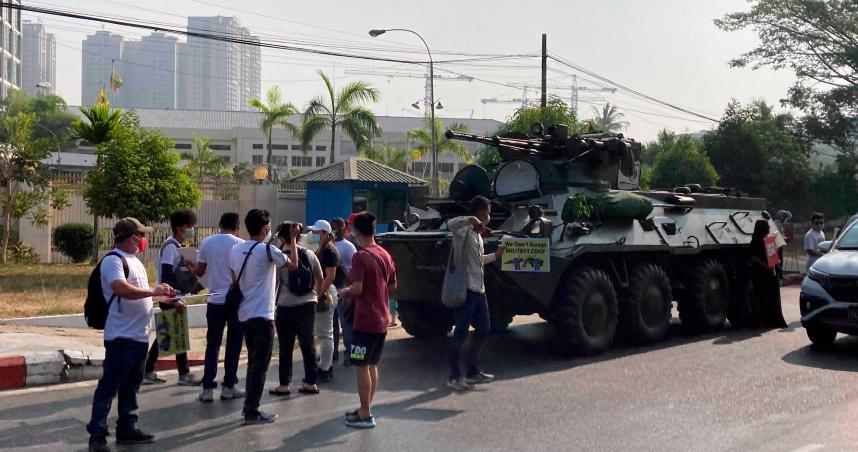 緬甸政變軍方派裝甲車鎮壓示威民眾 翁山蘇姬續押至17日受審